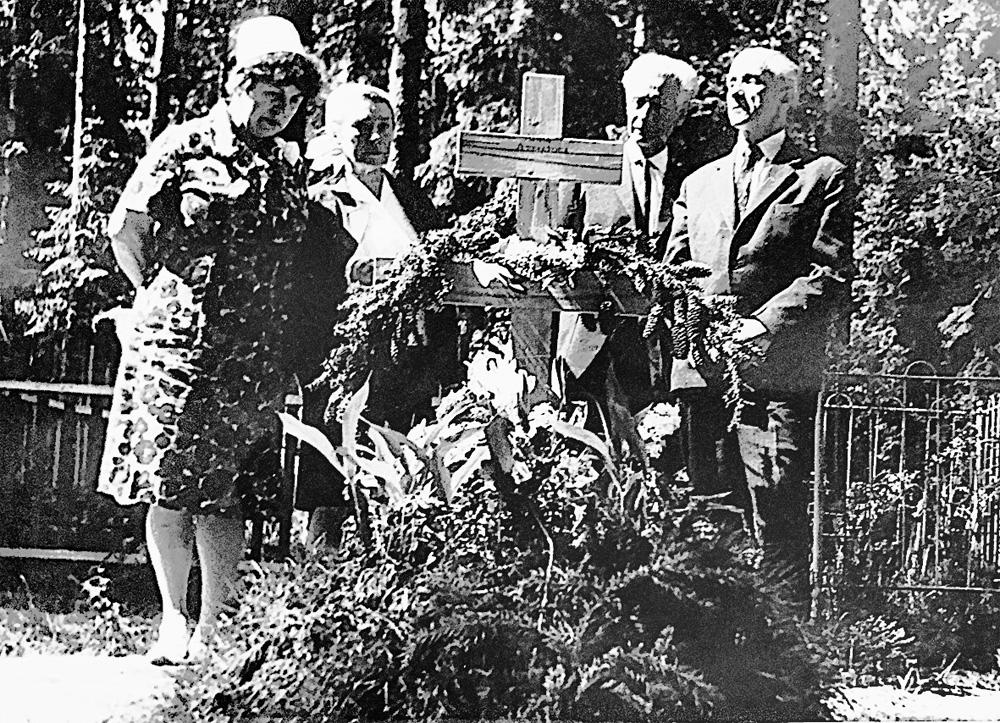 Слева направо: Мария Комиссарова, Ольга Чернова, Вадим Андреев и Николай Браун-старший на могиле Анны Ахматовой. 1966 г.