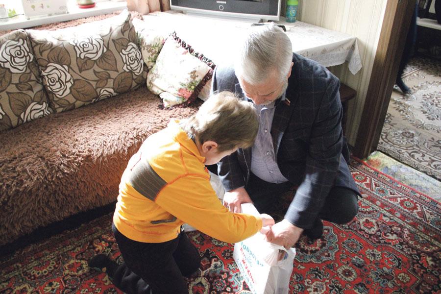 Подарки приятны каждому ребёнку, ждёт их и Ванечка.