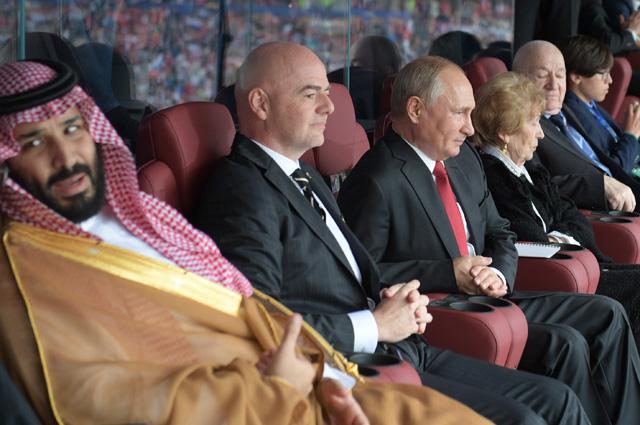 Слева направо - наследный принц Саудовской Аравии Мухаммед ибн Салман Аль Сауд и президент FIFA Джанни Инфантино.