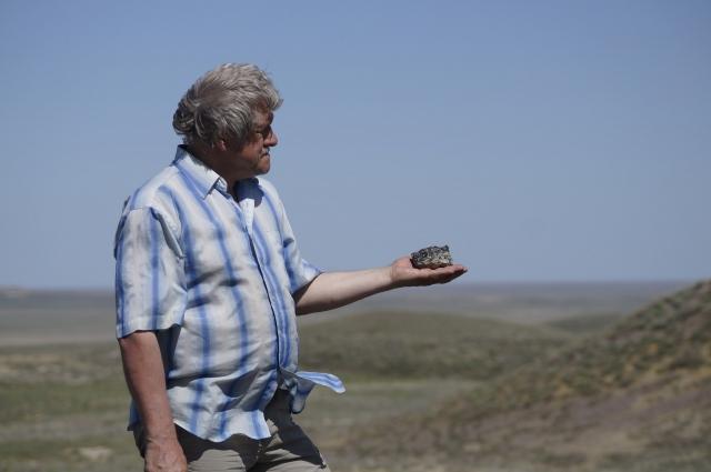 на ладони Владимира Крупко обломок метеорита.