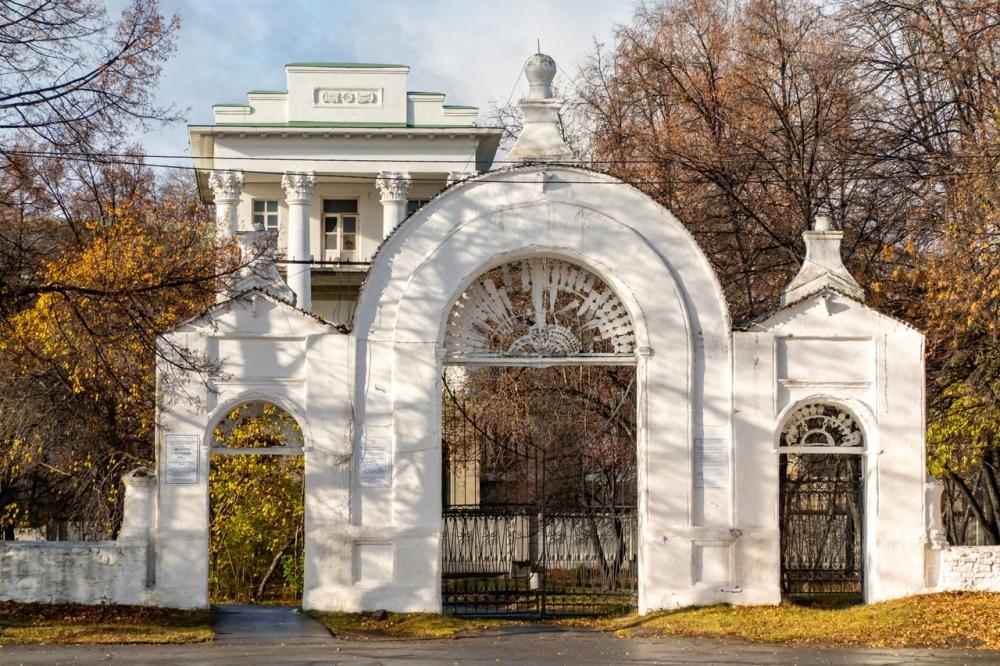 Усадьбу-дворец Демидовых из-за цвета стен прозвали Белым домом.