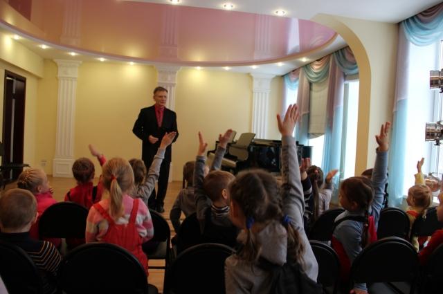 Играя, даже самые маленькие дети в школе получают навыки публичных выступлений, развивают слух и память.