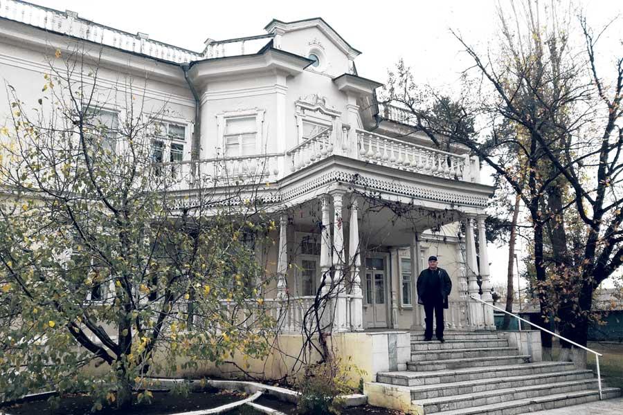 В этом двухэтажном доме жил Михаил Шолохов. Каждая вещь здесь подлинная, принадлежавшая семье писателя.
