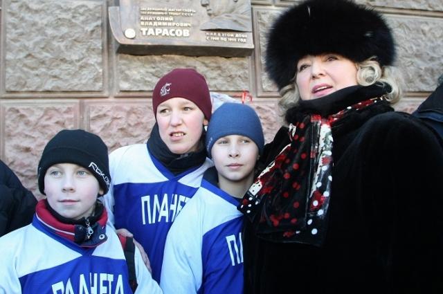 Татьяна Тарасова у памятной доски, установленной в честь ее отца на доме №75 по Ленинградскому проспекту.