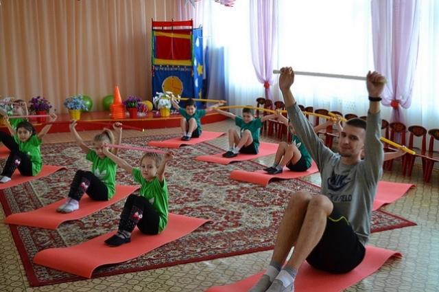 Инструктор по физкультуре Денис Васильев знает имя каждого ребенка, а их у него больше 150 человек