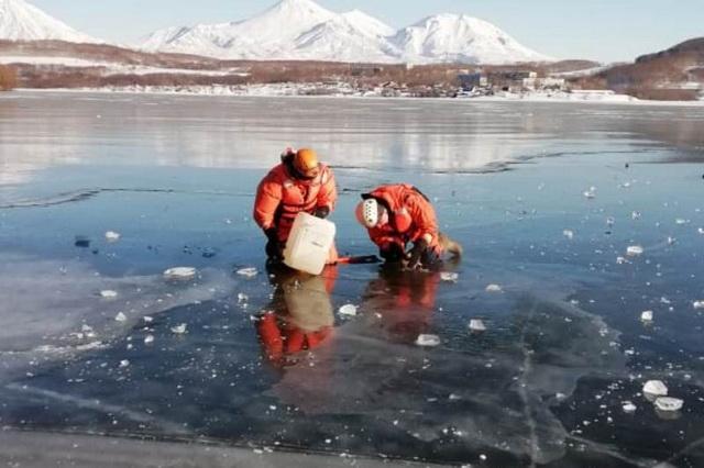 Спасатели освободили утку из ледяного плена.