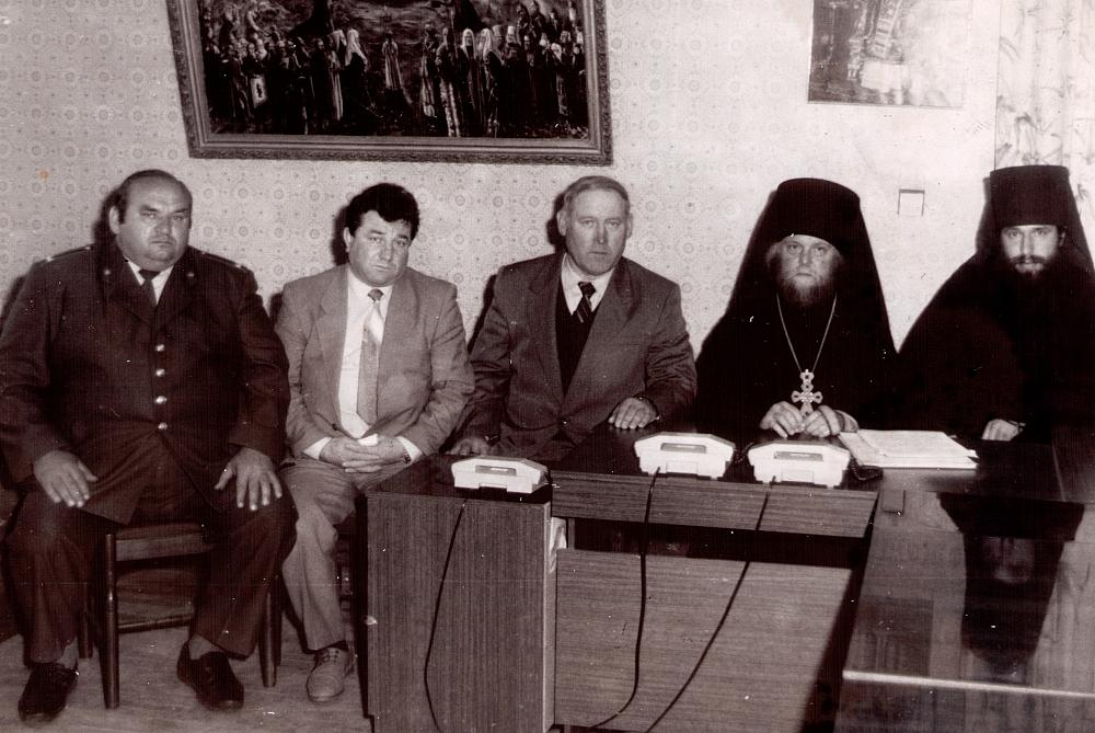 В 1993 году Николай Козлов с коллегами расследовал убийство Оптинских старцев. В поисках преступника помогали местные жители и духовенство.