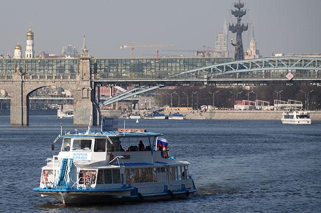 Двухпалубный прогулочный теплоход на Москве-реке.