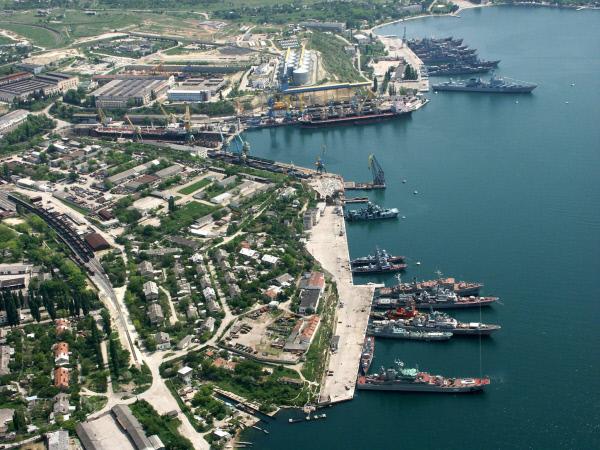 Береговые корабли Черноморского флота на стоянке у города Севастополя