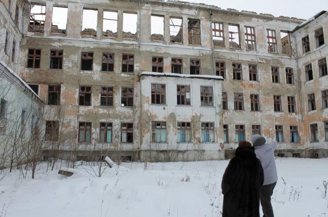Ранее здесь была школа, а теперь это - потенциально опасное место.