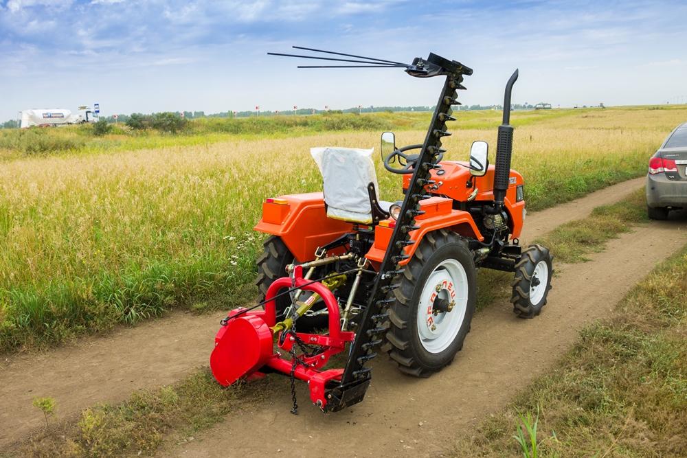 Мини-трактор можно оснастить самым разным оборудованием.