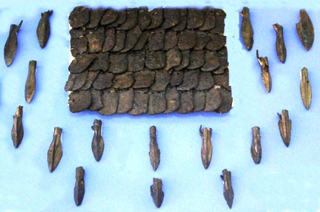 В музее хранятся наконечники стрел и фрагменты кольчуги.