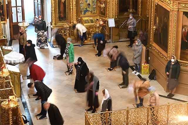 Верующие во время службы в Елоховском Богоявленском кафедральном соборе, открывшемся после карантина.