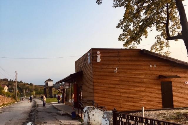 Так выглядит Туристический информационный центр в Сысерти. После его постройки и открытия в нём кофейни с набережной ушли местные любители выпить— распивать алкоголь в цивилизованном месте им стало стыдно. На набережную стали ходить туристы и местные жители с семьями.