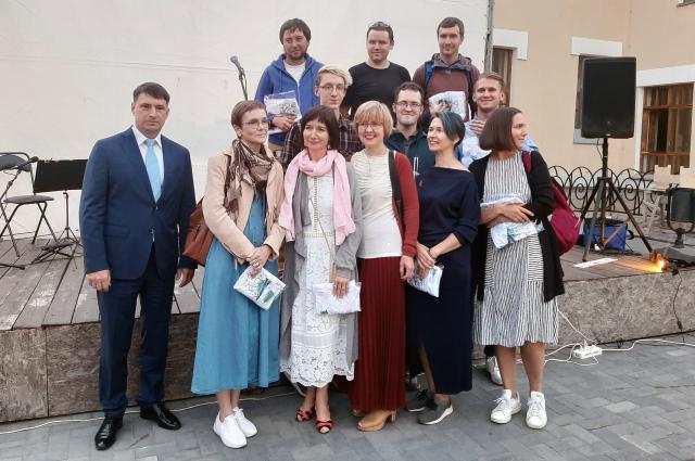 Василий Мишин вручил памятные подарки волонтерам