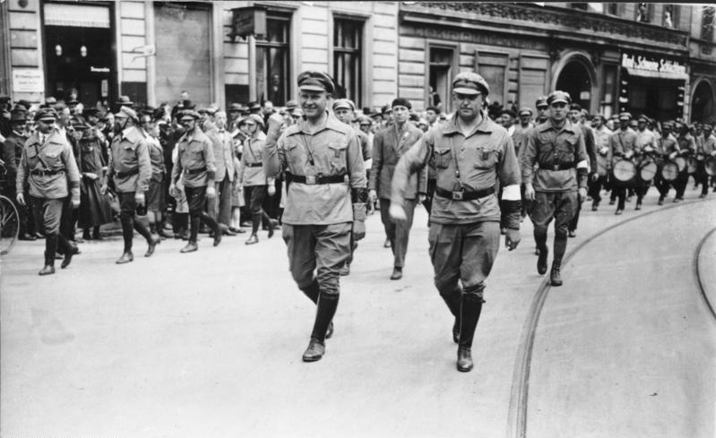 Эрнст Тельман (слева) и Вилли Леов на слете Союза красных фронтовиков, Берлин 1927