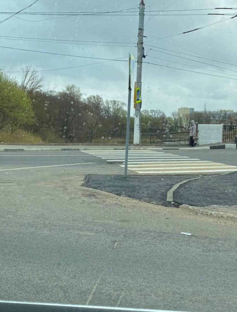 Знак установлен посередине дороги