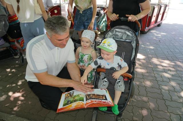 Особенные дети на экскурсии в ростовском зоопарке.