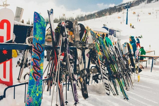 Мягкая по сибирским меркам погода идеально подходит для прогулок и катания на горных лыжах.