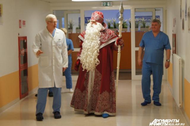 Дед Мороз и главный врач Центра Александр Выговский.