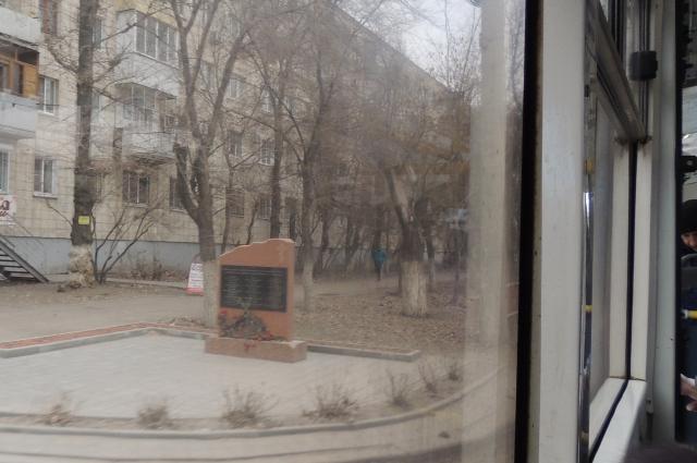 Памятный знак, установленный жертвам теракта в троллейбусе 30 декабря 2013 года в Волгограде.