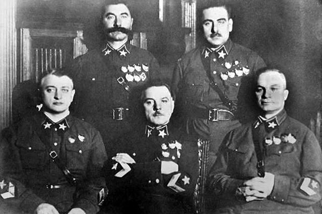 Первые пять маршалов (слева направо): Тухачевский, Ворошилов, Егоров (сидят), Будённый и Блюхер (стоят)