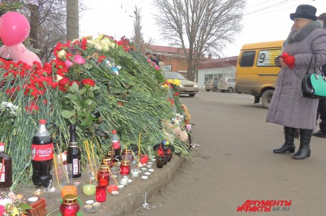  На месте взрыва троллейбуса горожане устроили мемориал.