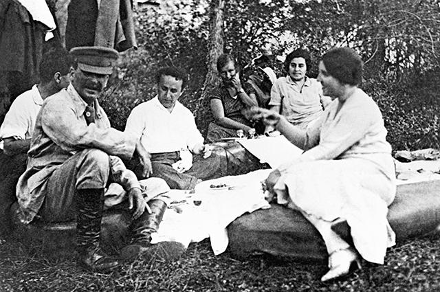 Иосиф Сталин (первый слева) с женой Надеждой Аллилуевой (первая справа) и друзьями на отдыхе.