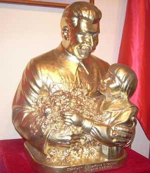 Скульптурная композиция «Спасибо товарищу Сталину за наше счастливое детство».