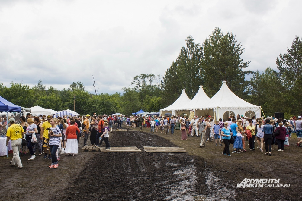 Некоторых гостей фестиваля огорчила размокшая после дождей дорога.
