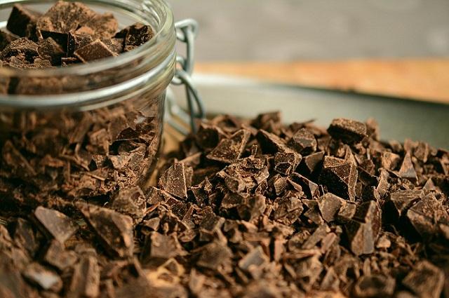 Лучше всего выбирать кусковой или плиточный горький тёмный шоколад.