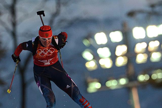 Яна Романова на дистанции эстафетной гонки по биатлону на XXII зимних Олимпийских играх в Сочи