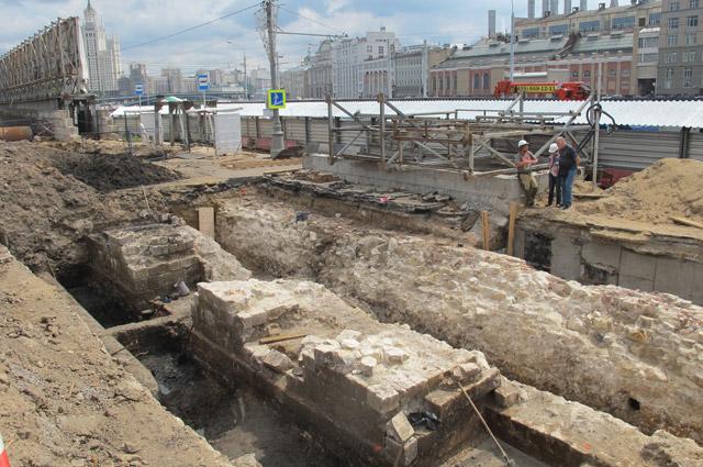 Археологический раскоп в зоне белокаменного основания стены Китай-города XVI в. у Москворецкой наб. Фото 2016 г.