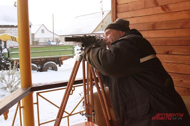 Охранная система дяди Пети в бинокль он наблюдает за тем, что происходит на горе