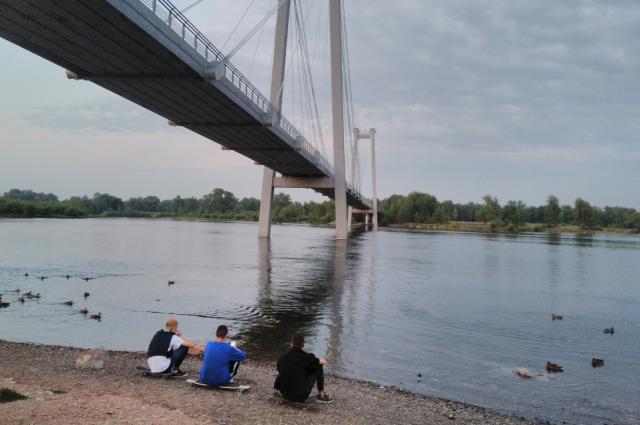 Мост на остров Татышев построен так, что паводок ему не страшен.