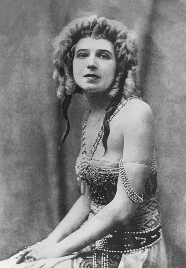 Сценическую деятельность она начала, выступив под псевдонимом Лидия Львовская в спектакле «Антигонa»