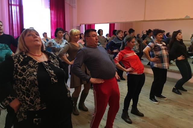 Нет, это не фитнес-занятие, а мастер-класс по сценическому мастерству.