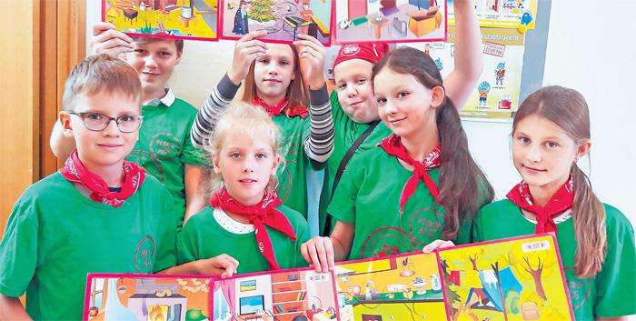 Участники «Московской смены» с гордостью демонстрируют проекты, сделанные в лагере.