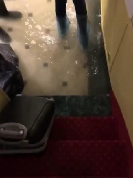 Вода затопила даже холл первого этажа в отеле.