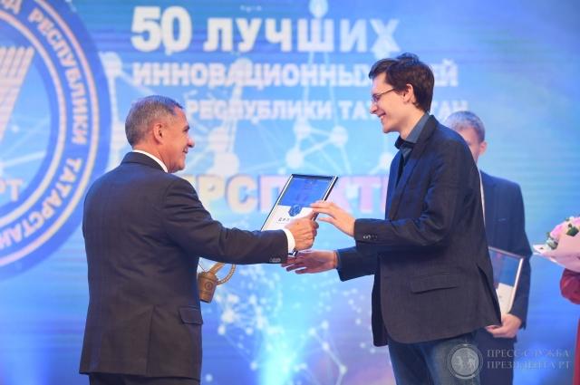 Победителей в номинации «Перспектива» наградил Рустам Минниханов..
