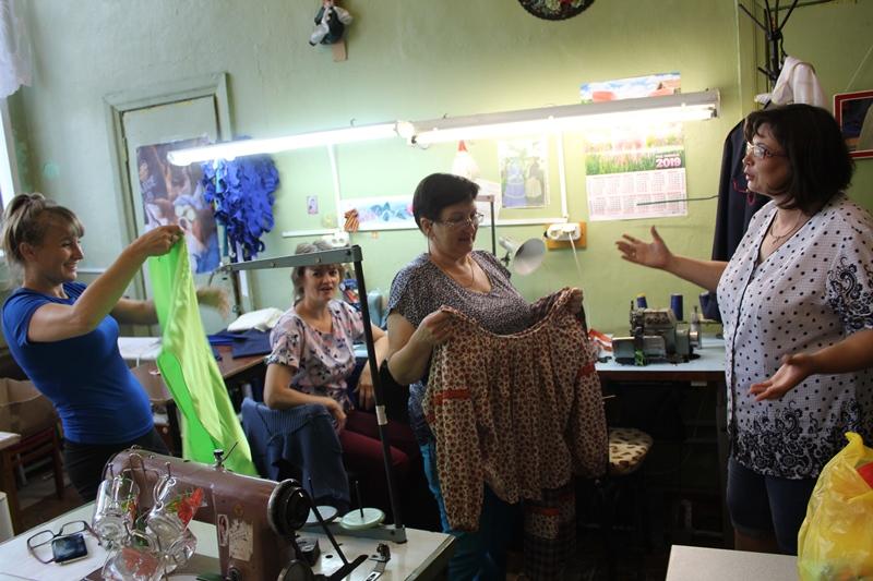 Обсуждение костюмов сказочницы и боляна в пошивочной мастерской.