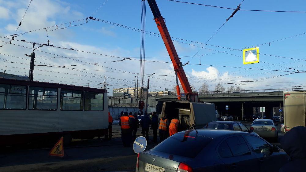 Трамвай поставили на рельсы при помощи автокрана