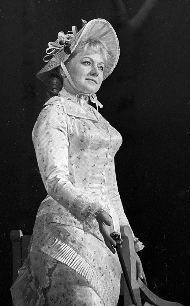 Народная артистка РСФСР Людмила Касаткина вроли Марии Гавриловны Савиной вспектакле «Элегия».