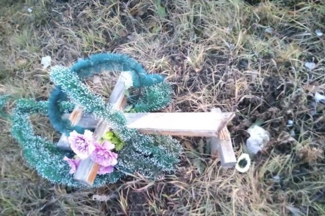 Сельчане пришли в шок, увидев разрушенные кресты на могилах своих близких.