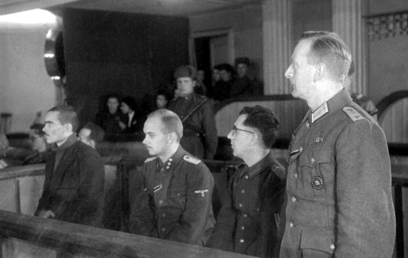 Михаил Буланов на суде (первый слева).
