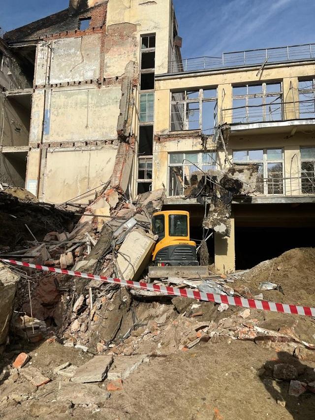 Под завалами обнаружили тело погибшего строителя.