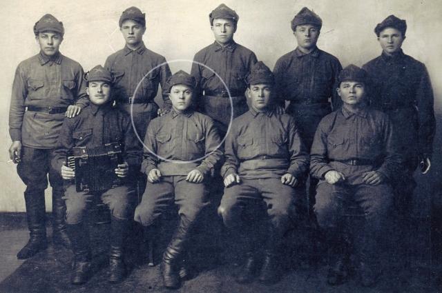 Отец Василия Фёдоровича – в первом ряду, второй слева.
