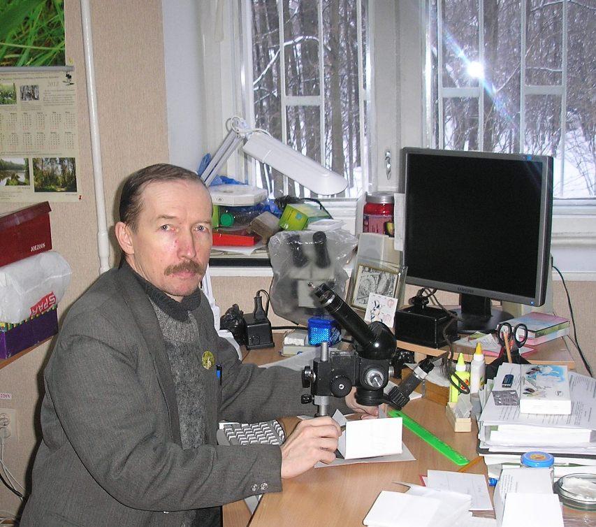 Владислав Красильников за моё фото за бинокуляром, определяя вид муравья