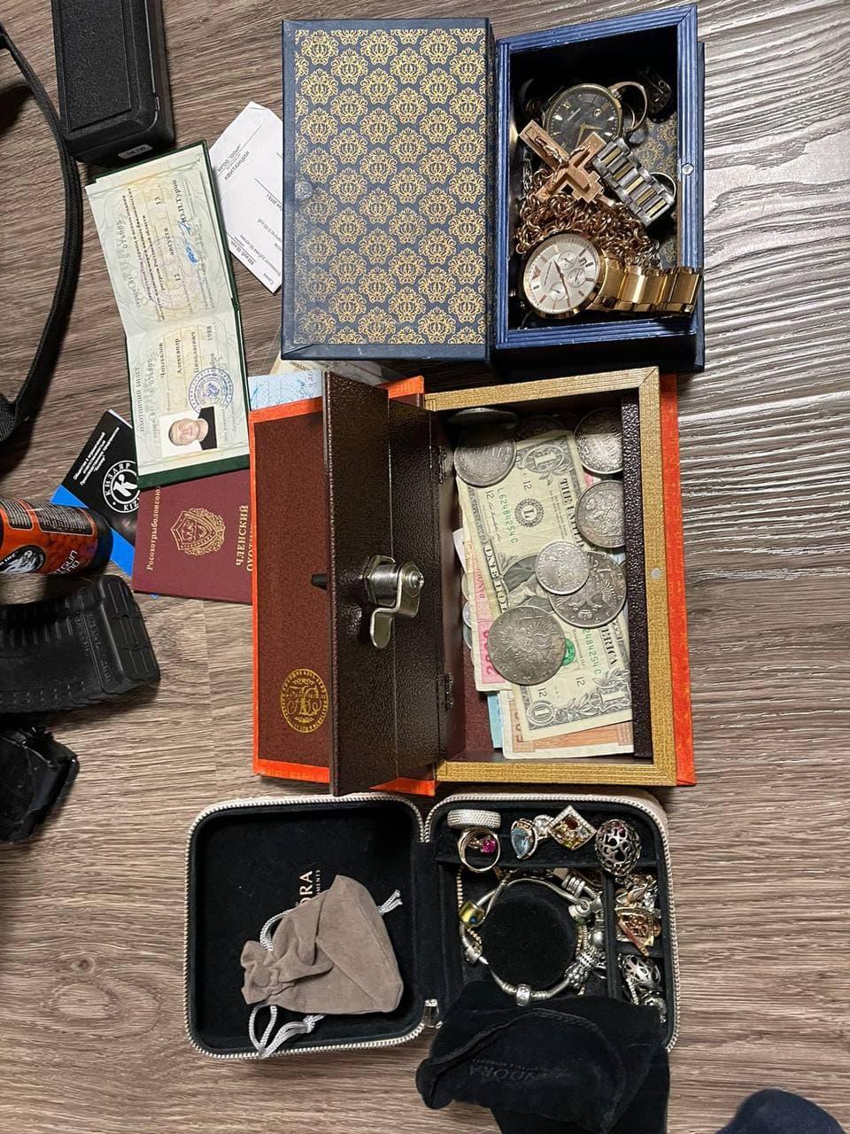 В шкатулках хранились часы, драгоценности и валюта.