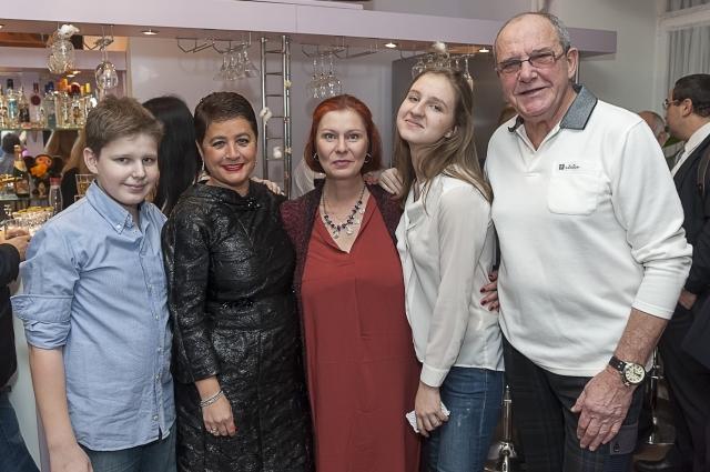 Супруги с первой женой Максима Виторгана Викторией и внуками
